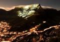 Foto panorâmica do alto da montanha com lua cheia