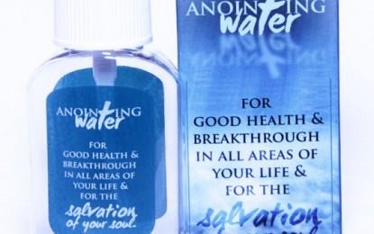 Um pastor nigeriano afirma que sua água benta pode curar o Ebola
